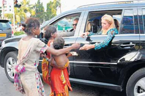 Paris Hilton give beggar money, Poor people asking for money