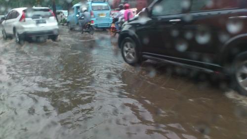 car in flood jakarta, flood in jakarta, heavy rain in jakarta