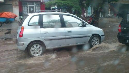 flood in jakarta, car in heavy rain in jakarta
