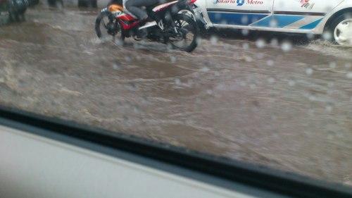motorbike in flood in jakarta, flood in jakarta, heavy rain in jakarta