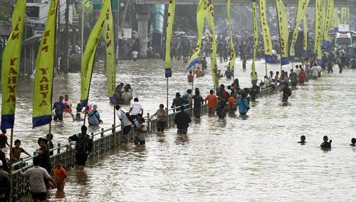 idonesia flood 2013 thousands fleed home