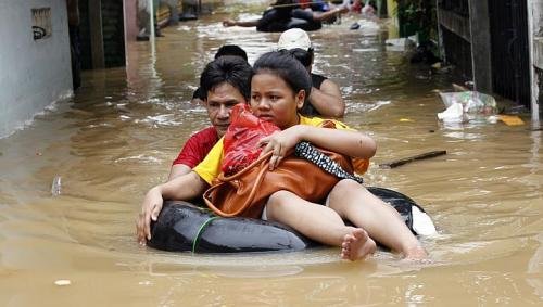 idonesia flood woman in deep water