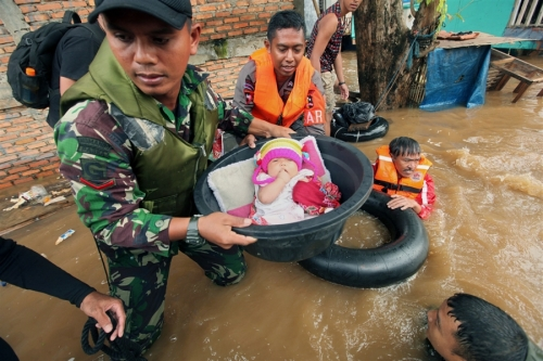 jakarta flood 2013 army rescue baby, worst flood in indonesia, flodd in jakarta indonesia
