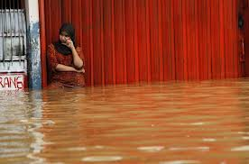 jakarta flood 2013 indonesia woman in flood water pasar red, indonesia flood, jakarta flood, muslin woman in flood