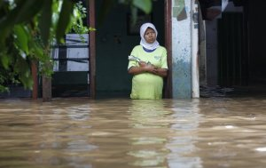 jakarta flood 2013 indonesia woman in flood water pasar