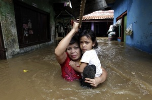 jakarta flood 2013 mom holding girl, indonesia floods