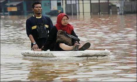 jakarta flood 2013 old woman on boat, jakarta flood, worst flood in indonesia