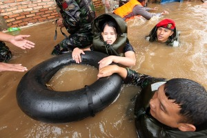 jakarta-flood-children-floating-black-ring
