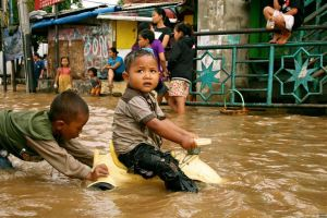 Jakarta flood children floating boys, jakarta flood 2013, indonesia flood 2013