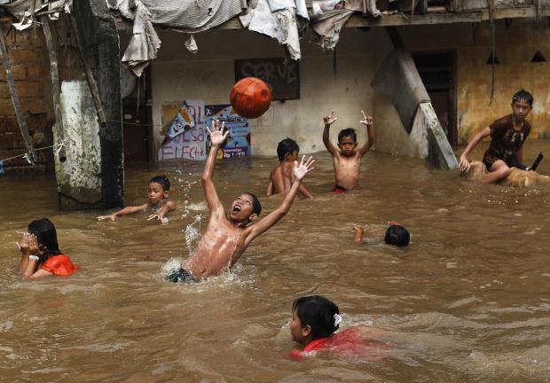 jakarta flood kids playing in water having fun, jakarta flood 2013 ...